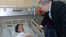 Le Premier ministre Benjamin Netanyahu rend visite à Inbar Azrak, 27 ans, qui a été blessée dans l'attaque à la bombe incendiaire de lundi soir, à l'hôpital Hadassah Ein Kerem à Jérusalem le 4 août 2015 (Amos Ben Gershom / GPO)