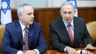 Le Premier ministre Benjamin Netanyahu (droite) et ministre de l'Énergie Yuval Steinitz assistent à la réunion hebdomadaire du cabinet à Jérusalem le 16 août 2015. (Marc Israël Sellem / POOL)