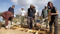 Des 'jeunes des collines' de l'avant-poste Oz Zion en Cisjordanie  le 30 décembre 2012, après leur évacuation par les forces de sécurité (Crédit photo: Flash90)