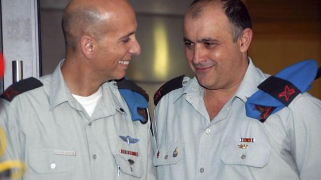Mishel Ben Baruch, à gauche, directeur de la coopération militaire internationale au ministère de la Défense (SIBAT), avec David Swisa, en janvier 2009. (Crédit : Flash90/unité des porte-paroles de l'armée israélienne)