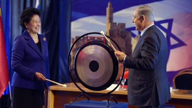 Le Premier ministre Benjamin Netanyahu et la vice Première ministre chinoise Liu Yandong pendant une conférence de presse commune au bureau du premier ministre, à Jérusalem, le 29 mars 2016 (Crédit : Haim Tzach/GPO)