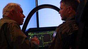 Le pilote d'essai en chef Alan Norman, à gauche, parle avec le député Likud, Yoav Kish dans le cockpit d'un simulateur de F-35 au cours d'une conférence à Tel Aviv, le 3 avril 2016. (Crédit : Judah Ari Gross / Times of Israel)
