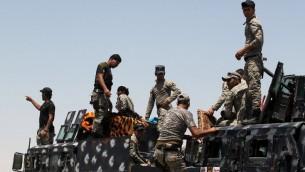 Les forces de sécurité irakiennes se rassemblent aux frontières de Falloujah pendant qu'elles préparent une opération pour reprendre la ville à l'Etat islamique, le 22 mai 2016. (Crédit : AFP/Ahmad al-Rubaye)