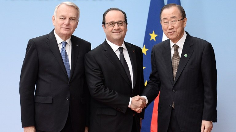 (L to R) French Foreign Minister Jean-Marc Ayrault, French President Francois Hollande and United Nations Secretary General Ban Ki-moon pose at an international and interministerial meeting in a bid to revive the Israeli-Palestinian peace process, in Paris, on June 3, 2016. (AFP PHOTO / POOL / STEPHANE DE SAKUTIN)