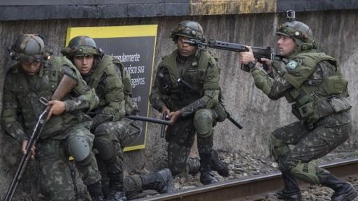 fuerzas especiales del ejército brasileño asignados a la seguridad de los Juegos Olímpicos de Río 2016 entrenan a lo largo de los andenes de la estación de tren de Deodoro, en Río de Janeiro, Brasil, el 16 de julio de 2016. (Foto: AFP / CHRISTOPHE SIMON)