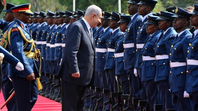 Le Premier ministre Benjamin Netanyahu inspecte une garde d'honneur à Nairobi, au Kenya, le 5 juillet 2016. (Crédit : Kobi Gideon/GPO)