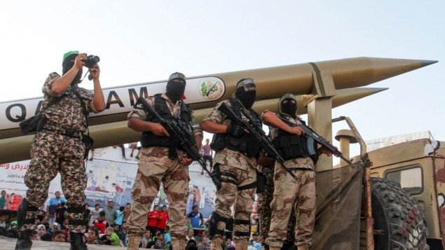 """Des membres des brigades Ezzedine al-Qassam, la branche armée du Hamas, exposent des roquettes Qassam """"maison"""" pendant une parade militaire anti-Israël, à Rafah, dans le sud de la bande de Gaza,le 21 août 2016. (Crédit : Abed Rahim Khatib/Flash90)"""