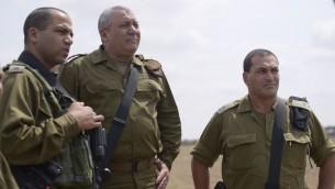 """Le chef d'Etat-major Gadi Eizenkot, au centre, visite la division de Gaza avec le colonel Yaakov """"Yaki"""" Dolef et le chef du Commandement du Sud, le général Eyal Zamir, dans le sud d'Israël, le 30 août 2016. (Crédit : unité des porte-paroles de l'armée israélienne)"""