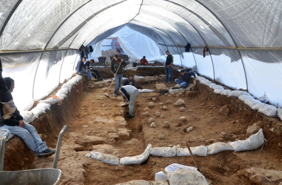The excavation site in the Russian Compound. One can see the sling stones on the floor, which are tangible evidence of the battle. (Yoli Shwartz/ Israel Antiquities Authority)