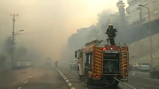 Les pompiers s'attaquent à l'incendie à Haïfa le 24 novembre 2016 (Crédit : Capture d'écran Dixième chaîne)