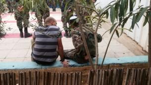 Yaakov Selavan, ancien officier des forces blindées, parle avec un soldat récemment enrôlé, emprisonnée pour avoir refusé de servir dans une brigade tankiste, le 30 november 30, 2016. (Crédit : Yaakov Selavan)