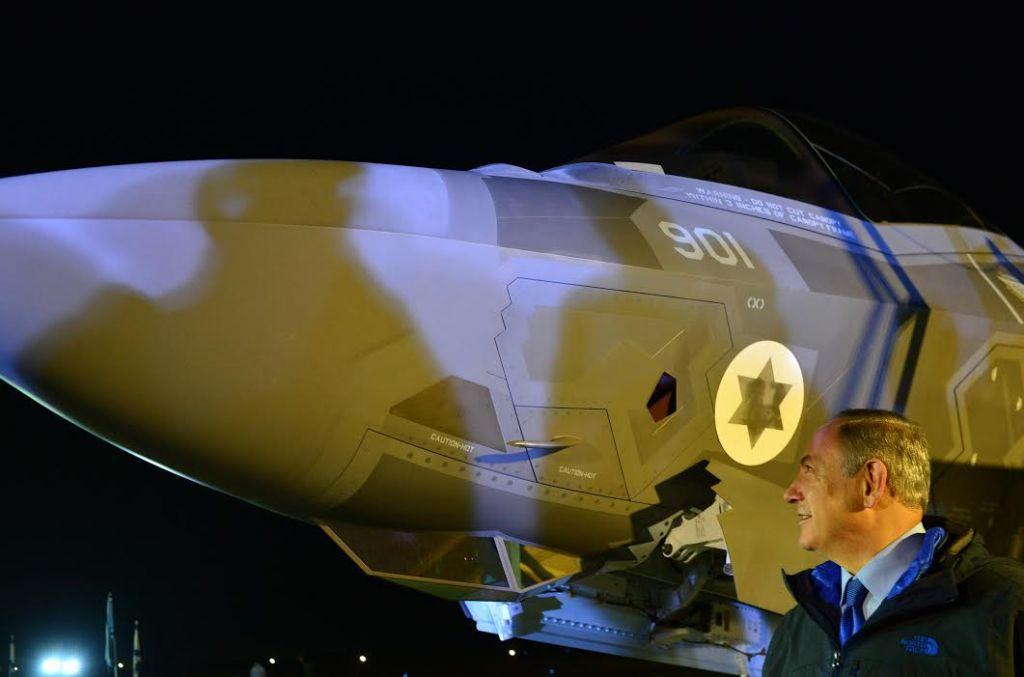Benjamin Netanyahu à Nevatim lors de la cérémonie organisée pour l'arrivée des F-35, le 12 décembre 2016 (Crédit : Kobi Gideon/GPO)