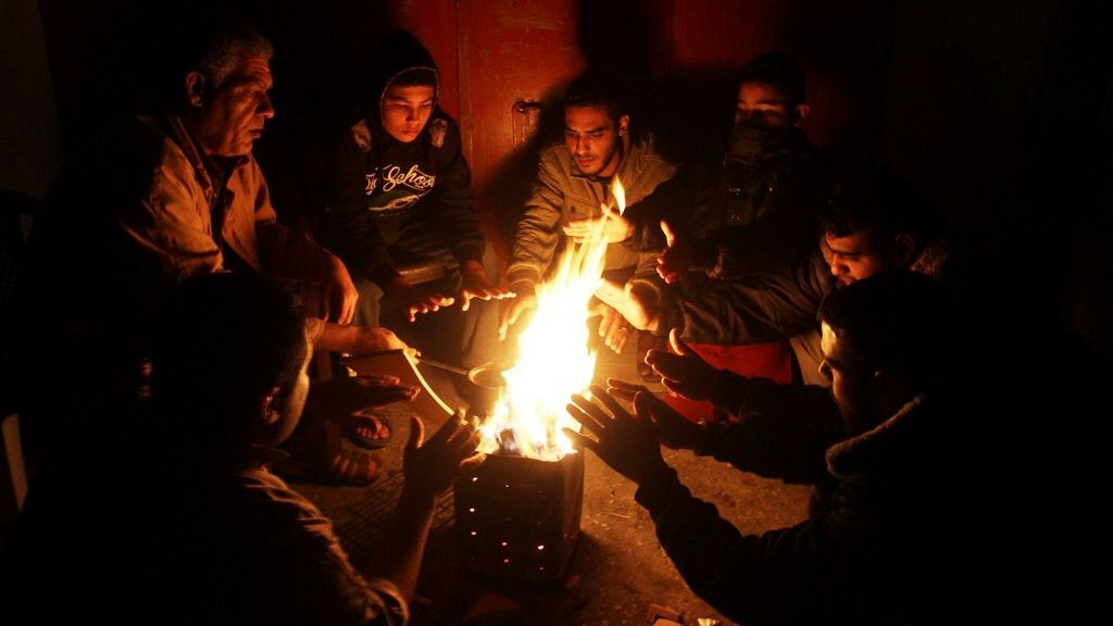 Des palestiniens se réchauffent autour d'un feu pour pallier le manque d'électricité, à Rafah, dans la bande de Gaza, le 1er décembre 2016. (Abed Rahim Khatib/Flash90)