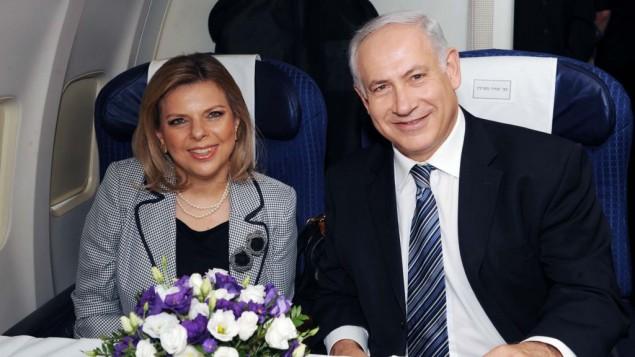 Le Premier ministre Benjamin Netanyahu et son épouse Sara à bord d'un avion, à l'aéroport Ben Gurion, le 24 août 2009. Illustration. (Crédit : Amos Ben Gershom/GPO/Flash90)