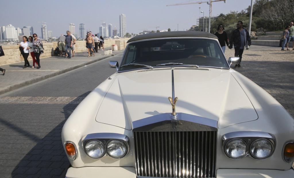 Une Rolls Royce au port de Jaffa, à Tel Aviv, en novembre 2014. (Crédit : Nati Shohat/Flash90)