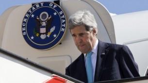 Le secrétaire d'Etat américain John Kerry arrive à Amman, capitale de la Jordanie, le 26 mars 2014 (Crédit :  Jacquelyn Martin-Pool/AFP)