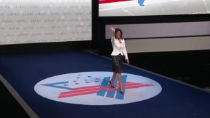 L'ambassadrice américaine aux Nations Unies Nikki Haley salue en recevant les applaudissements lors de son arrivée pour son intervention à la conférence annuelle de l'AIPAC à Washington, le 27 mars 2017 (Capture d'écran : AIPAC )
