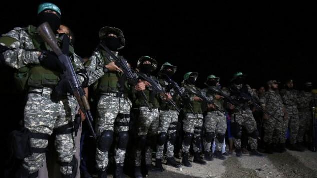 Les combattants des Brigades Ezzedine al-Qassam, l'armée du mouvement terroriste du Hamas, assistant à un service commémoratif pour un commandant tué lors d'une explosion apparemment accidentelle dans le sud de la bande de Gaza le 10 juin 2017 (Crédit : AFP / Said Khatib)
