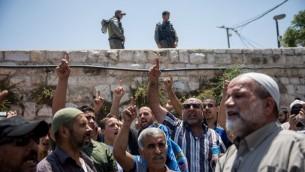 Manifestation de fidèles musulmans à la porte des Lions de la Vieille Ville de Jérusalem, près du mont du Temple, le 19 juillet 2017. (Crédit : Yonatan Sindel/Flash90)