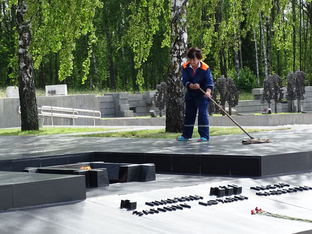 A woman cleaning a monument at the Khatyn Memorial Complex in Belarus. (Flickr/CC-SA 2.0/ Adam Jones)