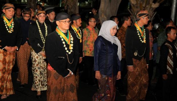 Menteri Sosial Khofifah Indar Parawansa (kanan kedua) bersama kerabat Puro Mangkunegaran melakukan Kirab Pusaka dan Tapa Bisu 1 Suro mengelilingi Komplek Istana Mangkunegaran, Solo, Jawa Tengah, 13 Oktober 2015, malam. Acara tersebut dilakukan dalam rangka memperingati Tahun Baru Islam 1 Muharram atau Tahun Baru Jawa 1 Suro. ANTARA FOTO