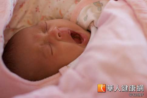 睡眠不僅占了寶寶絕大多數的時間,睡眠時釋放出生長激素,可促進神經系統以及腦部的發育,因此寶寶務必要睡得好。