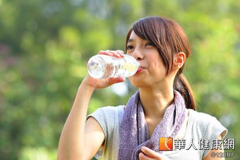 喝水有助新陳代謝,但葉俊濬醫師提醒,若水分攝取太多,也有可能引發水中毒。