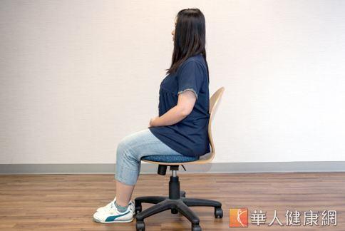 接著再凸肚挺腰,每個動作停留5秒。這個動作可以加強腹肌、按摩內臟,延伸腰椎。(攝影、示範/楊伯康、洪毓琪 )