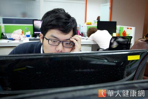 睡眠不足也會影響到上班工作的效率。(圖片/華人健康網)