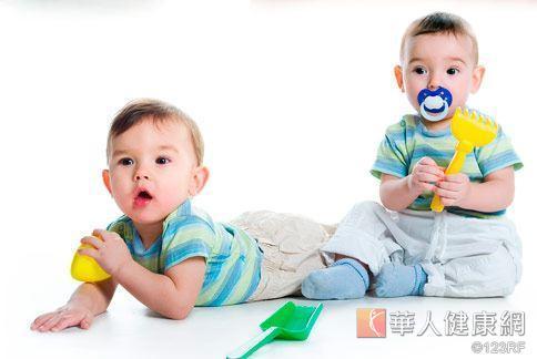 寶寶很可能在玩遊戲時,一不小心就將輪狀病毒吃下肚。
