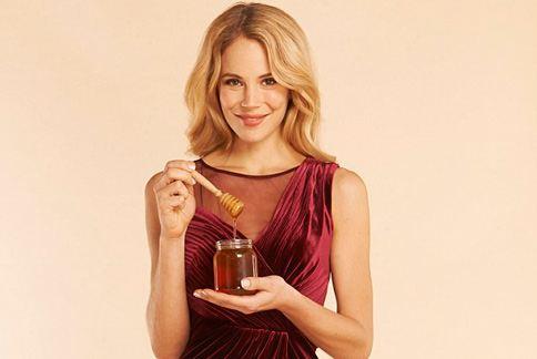 每天睡前喝一杯蜂蜜水,可以幫助減少脂肪、有助減重。(圖片/取材自英國《每日郵報》)