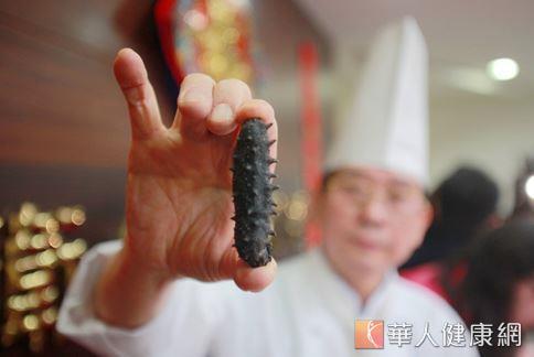 飯店主廚盧錦桃建議,民眾選購烏參時應把握刺多且密集、質地乾硬的要領,才能選到品質好的產品。(攝影/賴羿舟)