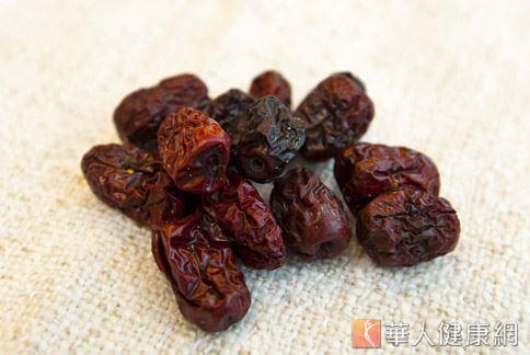 脾胃虛弱的人比較建議熟吃紅棗,因爲蒸熟的紅棗較容易消化。