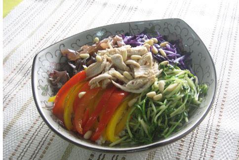 石鍋拌飯為糙米飯加上蛋白質豐富的雞胸肉和新鮮蔬菜,可滿足減重的營養所需。(圖片提供/侯玟伊營養師)
