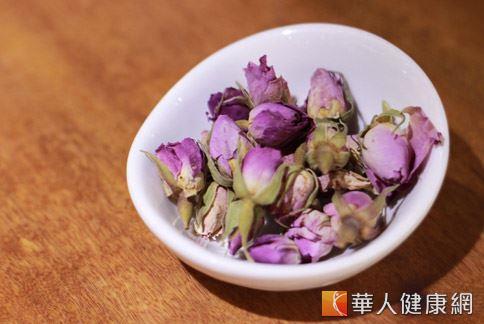 玫瑰花具有疏肝理氣的作用,和烏梅一起泡茶喝,適合做為春季養肝、減重之茶飲。