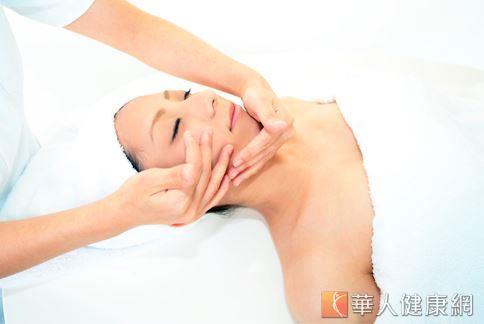 精油療法盛行多時,許多愛美女性喜愛尋求精油來達到抗皺的作用。