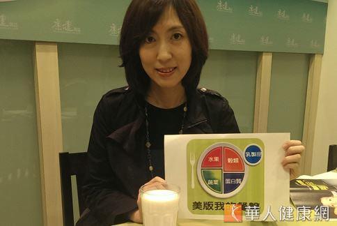 台灣營養基金會執行長吳映蓉解釋兒童餐的飲食內容與熱量分析。(攝影/羅詩樺)