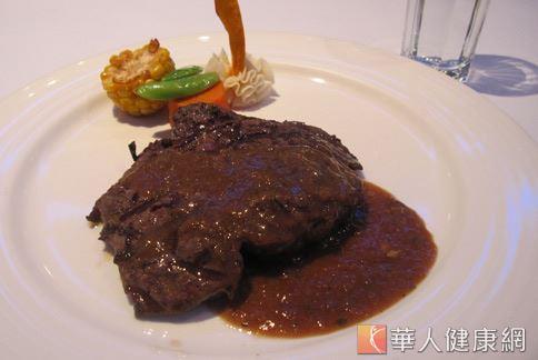 許多人吃大餐都愛點牛排,但小心牛肉等紅肉類動物性蛋白質,反而會增加罹癌機率。