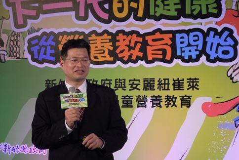 陳俊榮教授建議,用水果來取代零食,例如吃蘋果、橘子來取代洋芋片,甚至取甜滋滋的糕點,是降低孩子攝取熱量的方式之一。