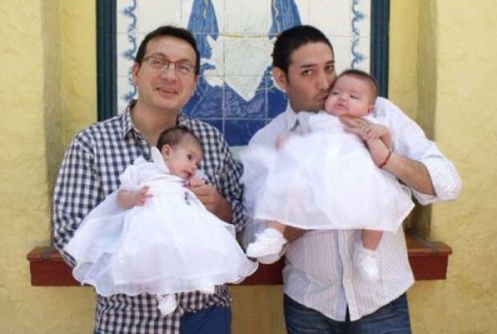 Casal gay adota criança com HIV rejeitada por dez famílias e é surpreendido