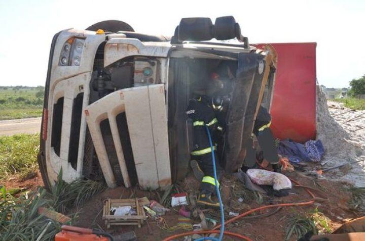 Motorista tomba carreta de algodão e fica preso às ferragens em Cassilândia