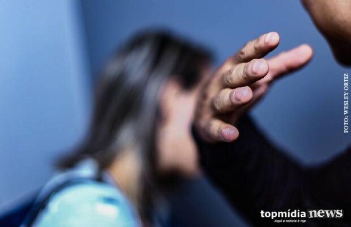 Mulher é empurrada pelo marido e tem ferimentos na cabeça