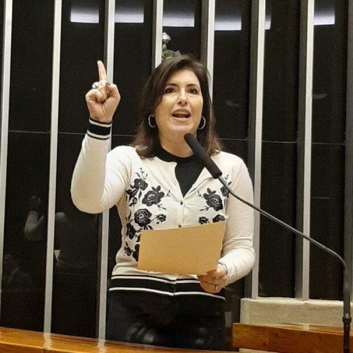 Brasileiros devem se preparar para período de recessão, alerta senadora de MS
