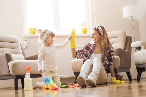 This picture shows a mother and daughter doing spring cleaning.