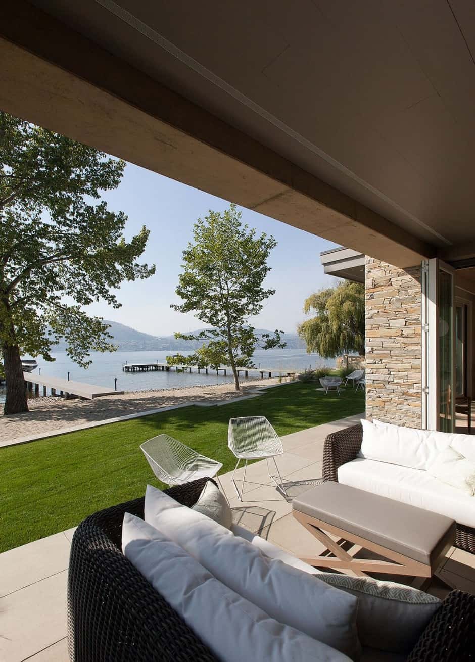 Lakeside Vacation Home Combines Natural Materials With
