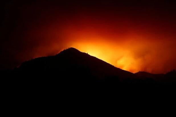 Cháy rừng California làm 21 người thiệt mạng, thiêu rụi hàng ngàn căn nhà - Ảnh 1.