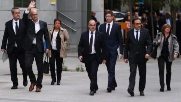 8 cựu quan chức Catalonia bị bắt tạm giam - Ảnh 1.