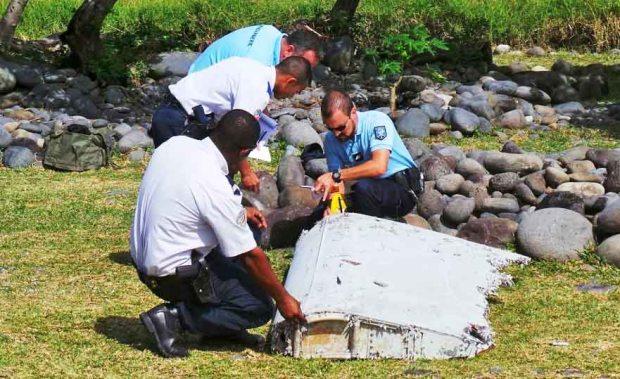 Эксперты изучают фрагмент предположительно принадлежащий пропавшему самолёту Boeing 777'Малазийских авиалиний