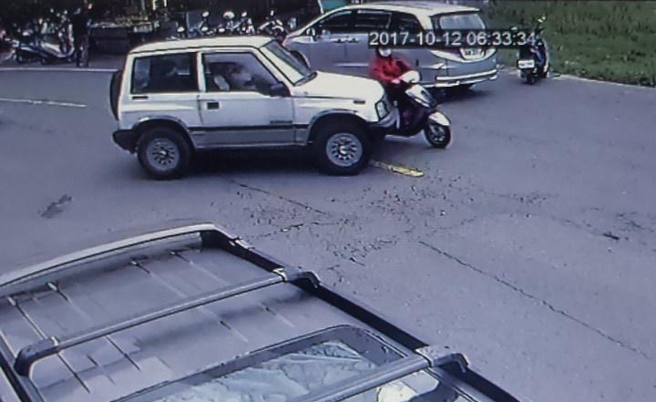 婦人遭左轉車輾過 眾人抬車救婦   時事   聯合影音