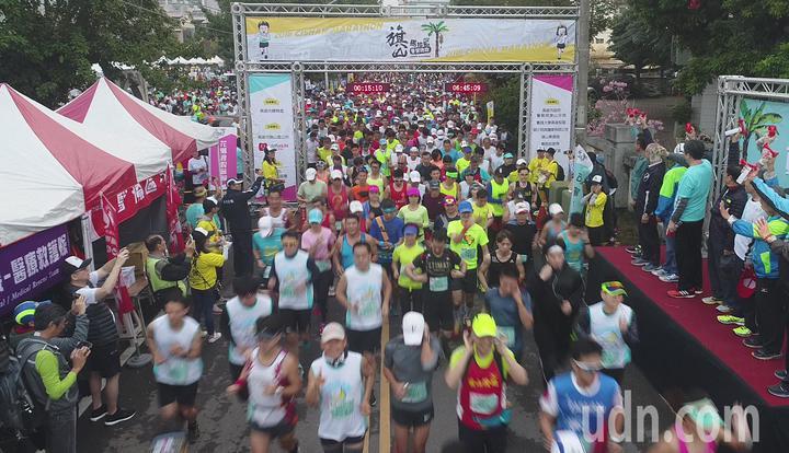 旗山香蕉路跑清晨開跑 跑者在蕉園中奔馳   體育   聯合影音
